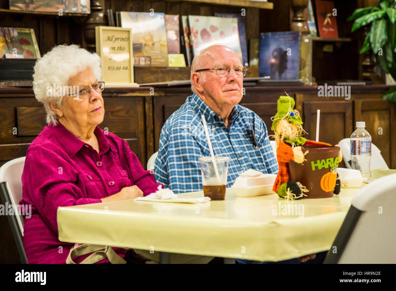 Senioren mit Erfrischungen an einem kleinen Fotokiosk in der Nähe von Walnut Creek, Ohio, USA. Stockbild