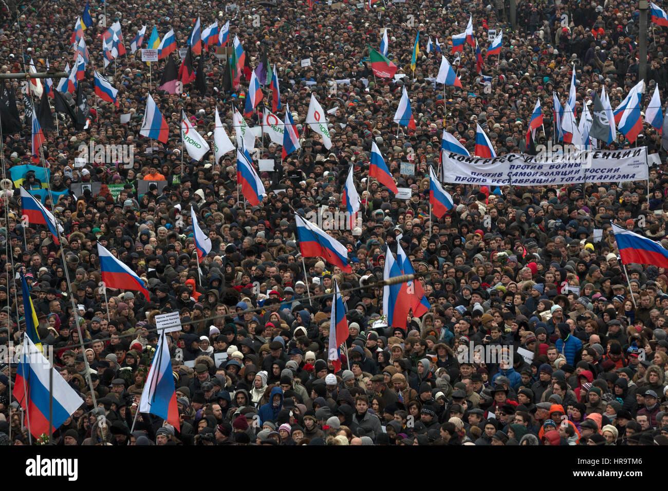 Luftaufnahme von Tausenden von Menschen besuchen eine politische Kundgebung in Moskau, Zentralrussland Stockbild