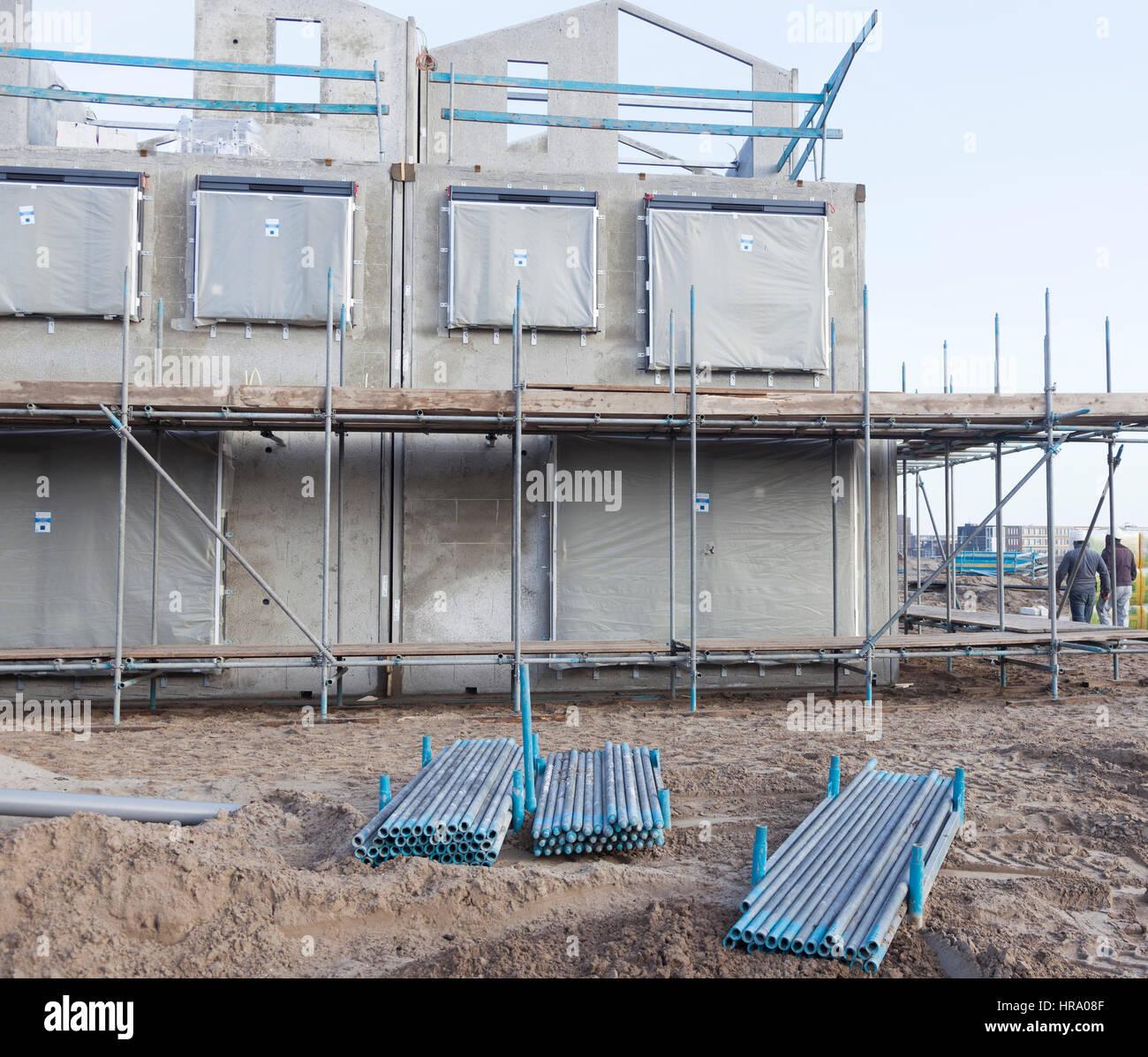 Betonrahmen des neu erbauten Hauses mit Gerüst rund und Metallrohre ...
