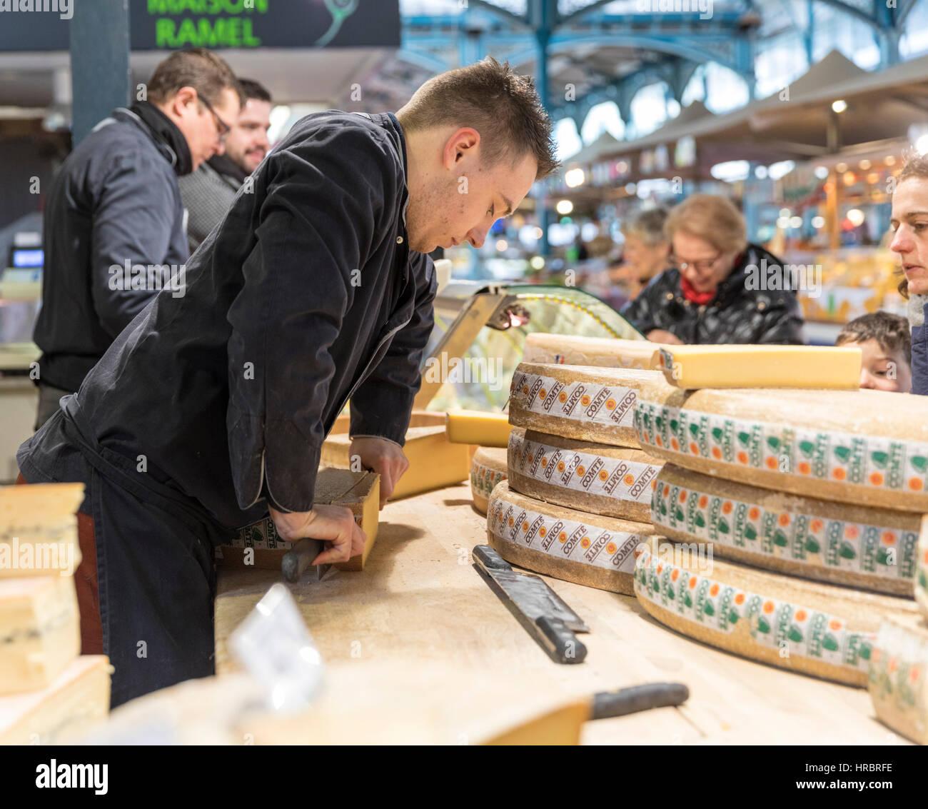 Käse Hersteller, Markthalle, Dijon, Burgund, Frankreich Stockbild