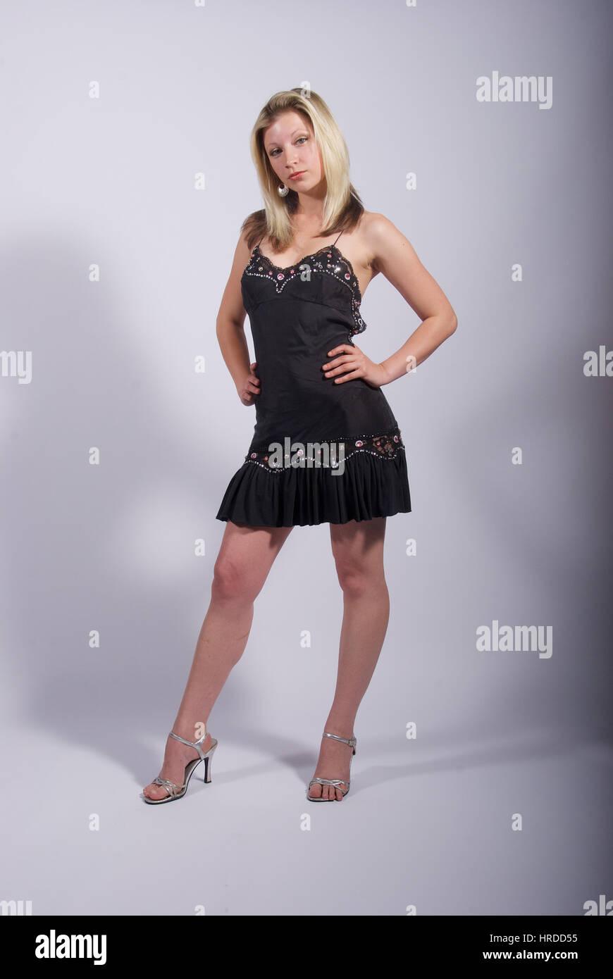 Eine Kleid Blonde Im Mini Braune High Trägt Junge Frau Und Heels Jc31u5FKTl
