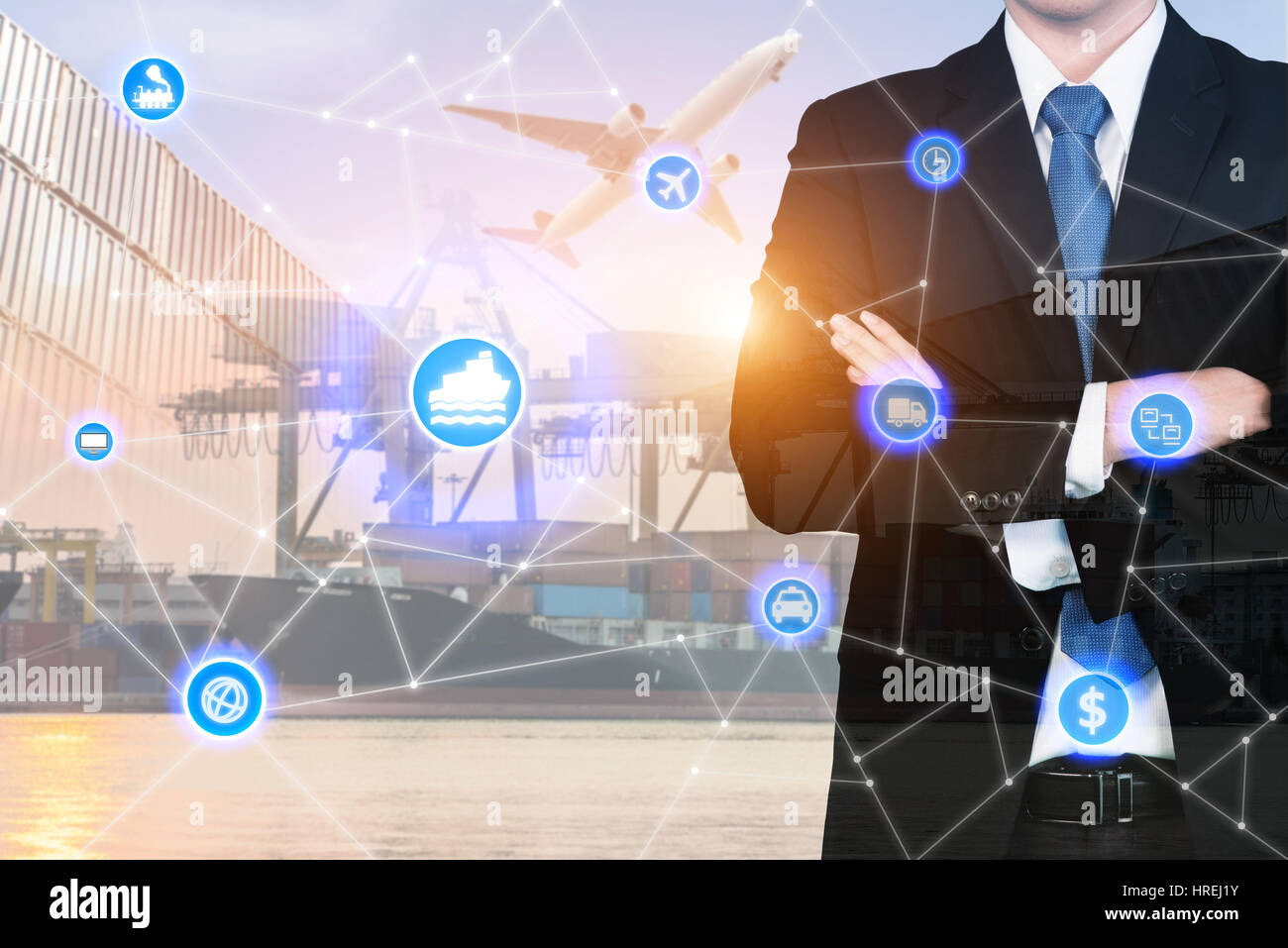 Doppelbelichtung Geschäftsmann stand mit seinen Armen gekreuzt mit globalen Unternehmen Logistik System Verbindung Stockbild