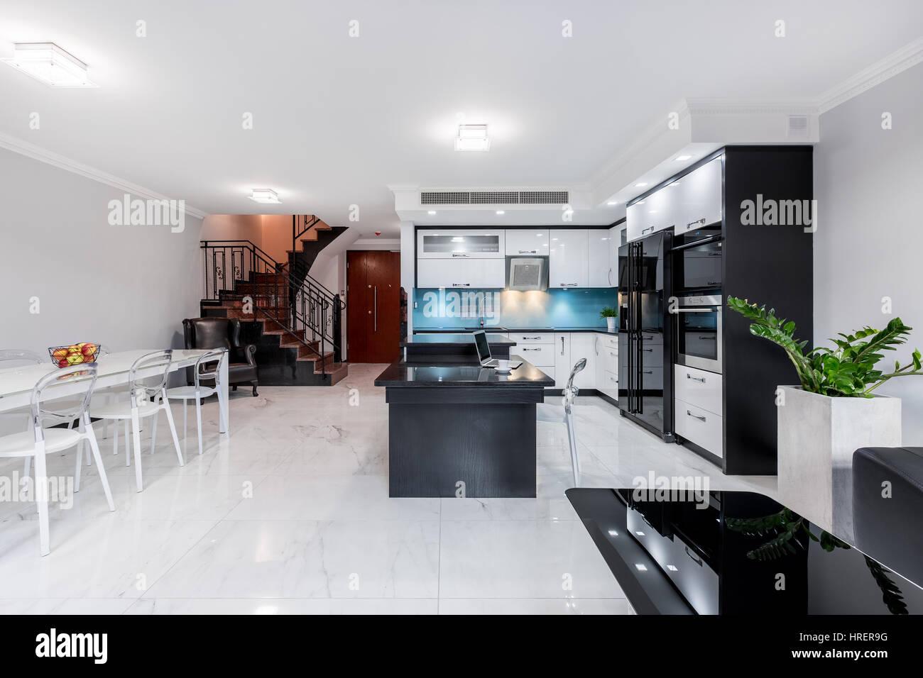 Moderne und funktionale Wohnzimmer Interieur mit offener Küche und ...