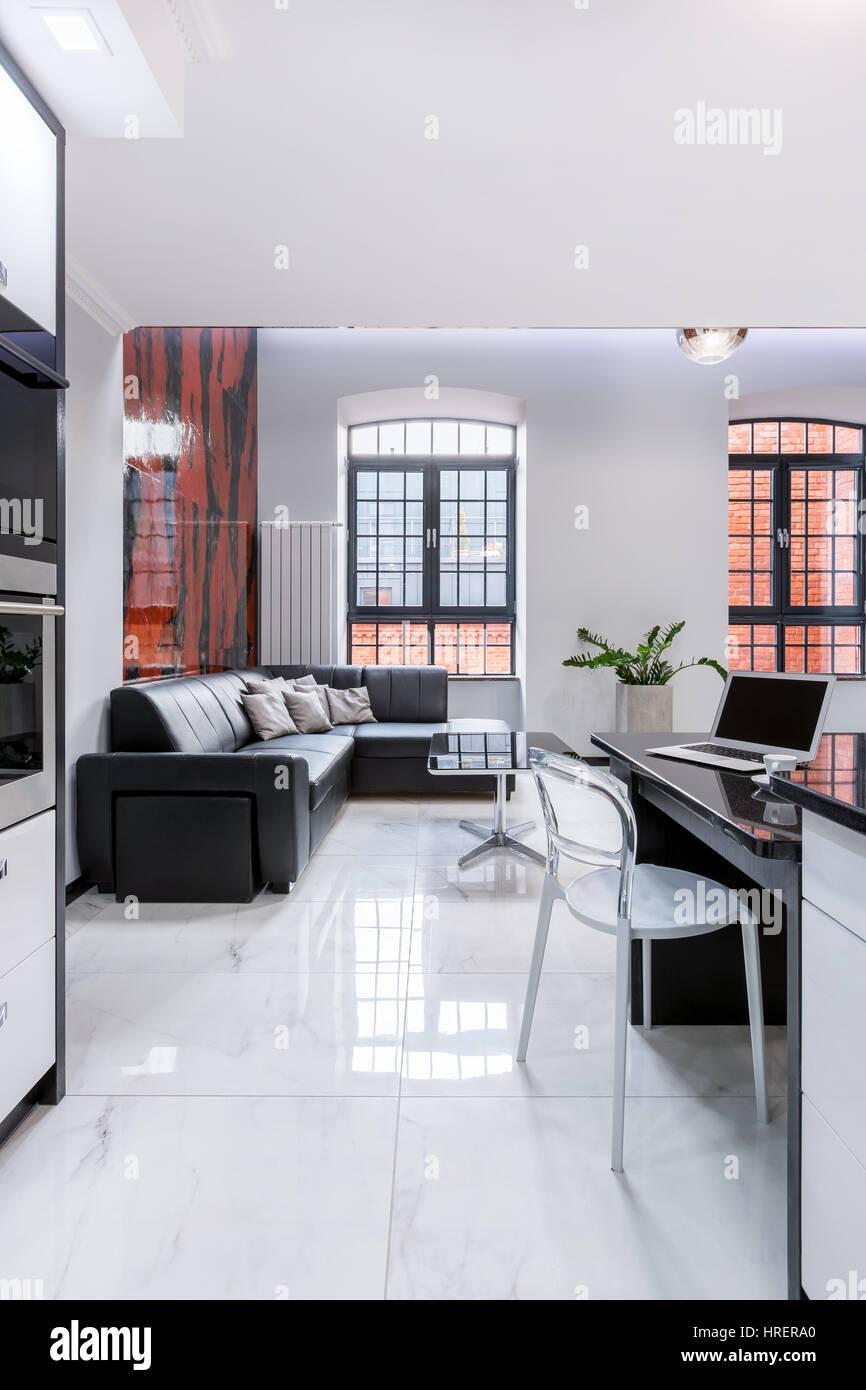 Modern gestaltete Wohnung im Mietshaus mit großen Fenstern und ...