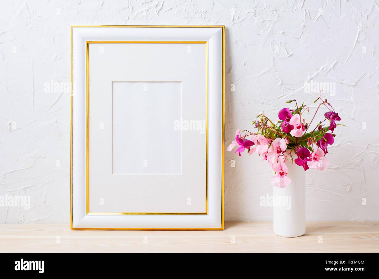 Verzierte Goldrahmen Mockup mit rosa und lila blumeblumenstrauß ...