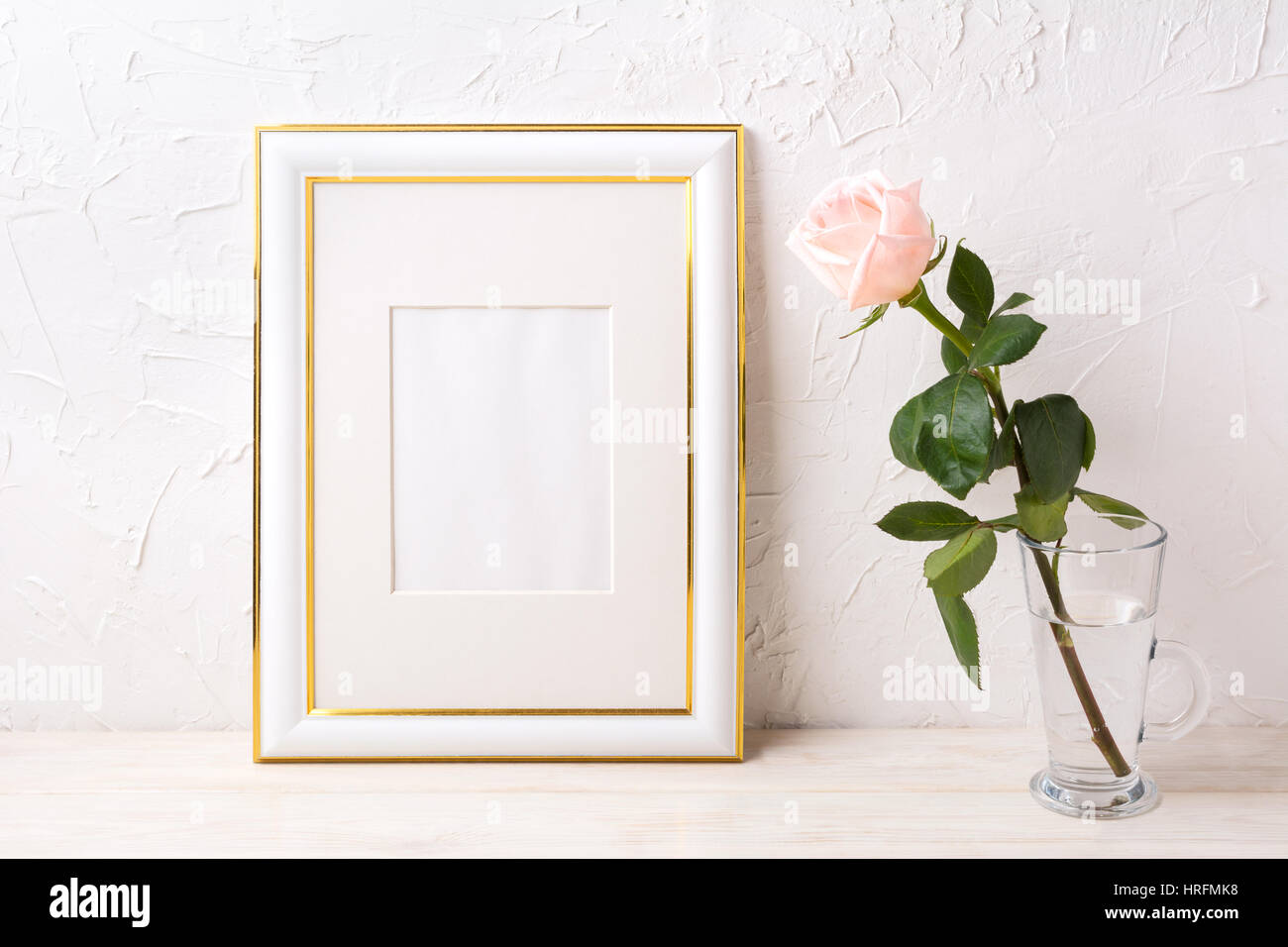 Verzierte Goldrahmen Mockup mit zart rosa Rose im Glas. Leere Rahmen ...