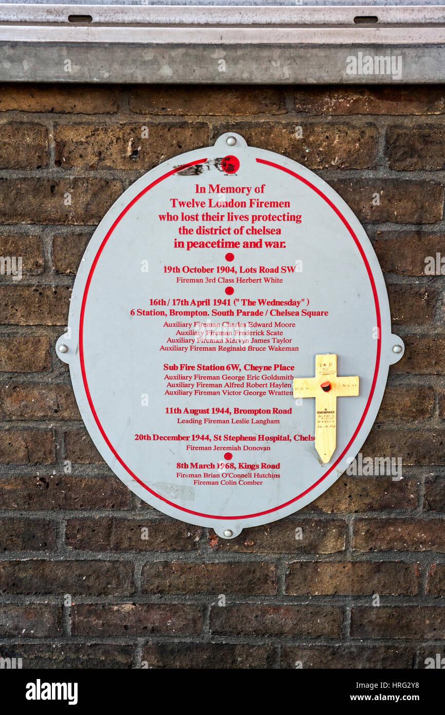 Gedenktafel an verlorenen Kollegen, Chelsea Feuerwache, London Stockbild