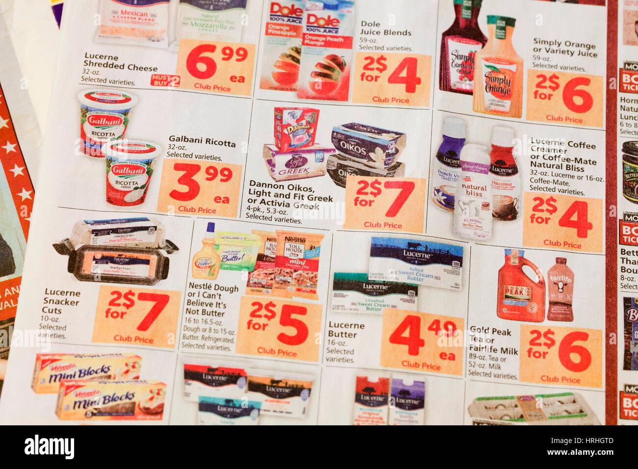 Lebensmittelgeschäft-Mailer / Gutscheine in Zeitung - USA Stockbild