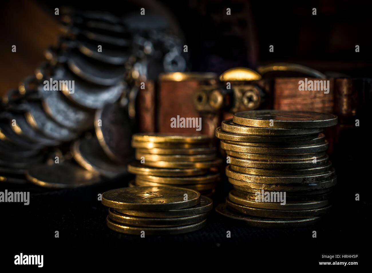 Schatztruhe Stapel Und Säule Der Münzen Und Eine Keramikschale