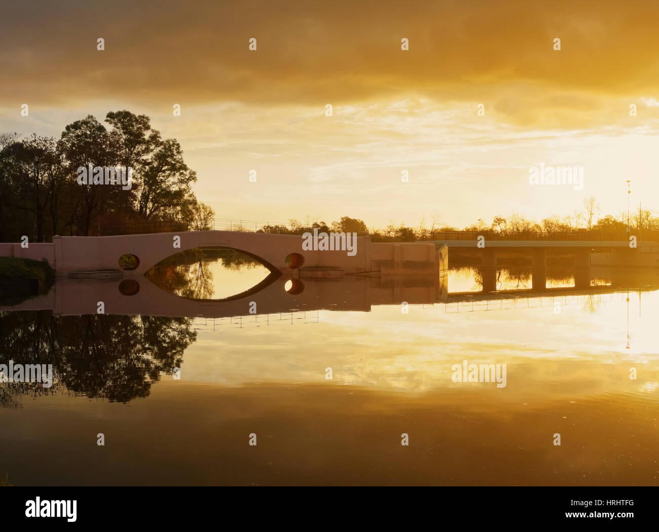 Ansicht des Flusses Areco und die alte Brücke bei Sonnenuntergang, San Antonio de Areco, Provinz Buenos Aires, Argentinien Stockfoto