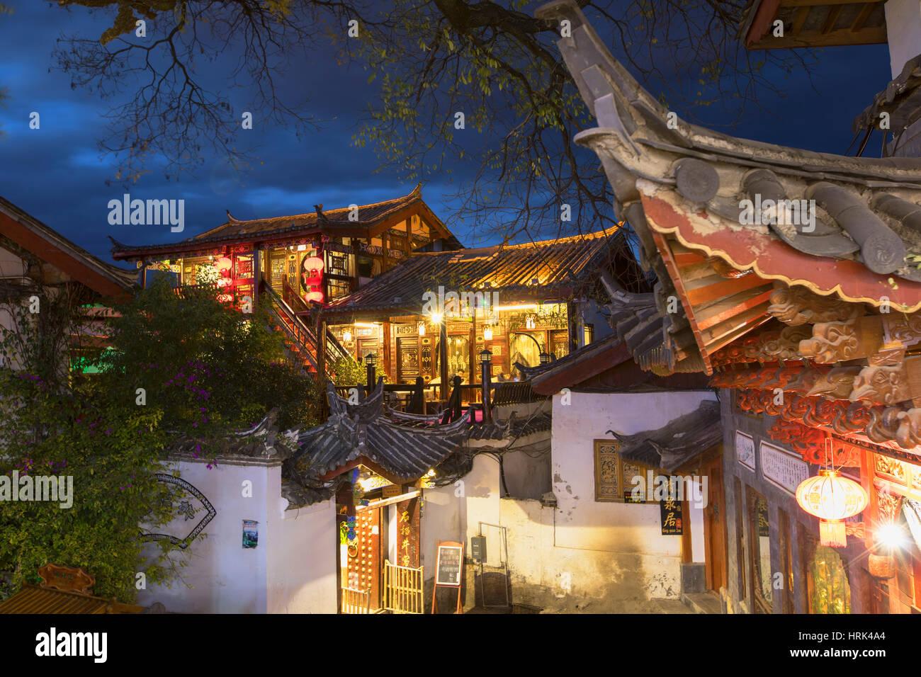 Gästehaus in der Abenddämmerung, Lijiang (UNESCO Weltkulturerbe), Yunnan, China Stockbild