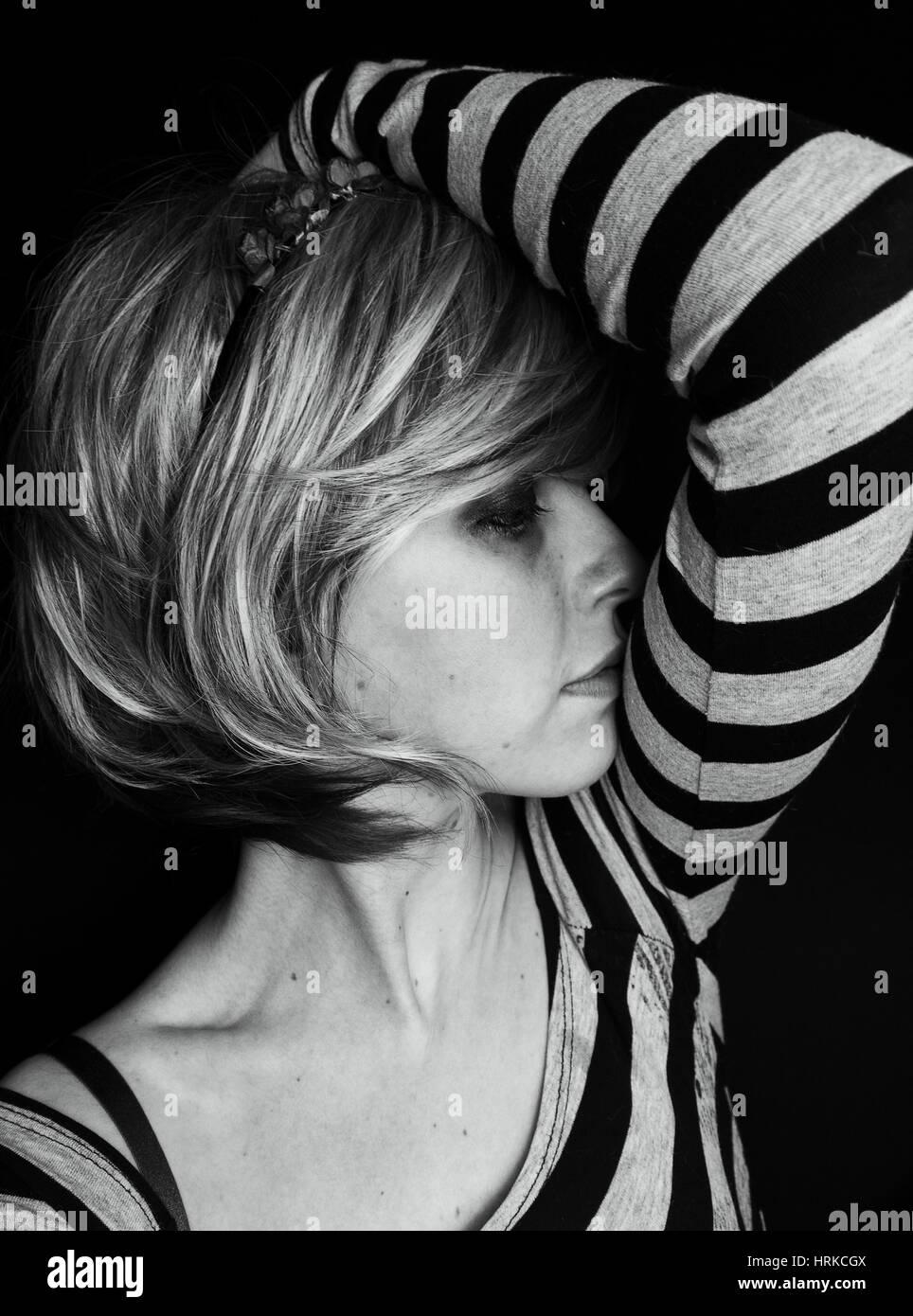 Dunkle Porträts einer Emo blonde Frau Stockbild