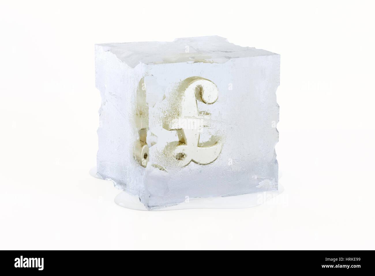 Goldenes Pfund Sterling Konzept Symbol eingefroren in einer langsam schmelzenden Eiswürfel isoliert auf weißem Stockbild