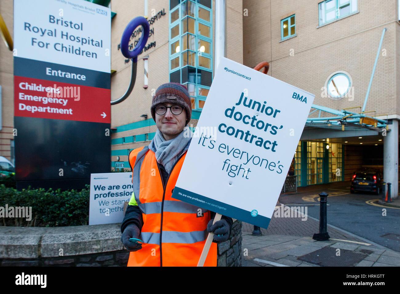Ein Plakat mit NHS Demonstrant unterstützt die Junior-Ärzte Streik außerhalb der Bristol Royal Infirmary, Stockbild