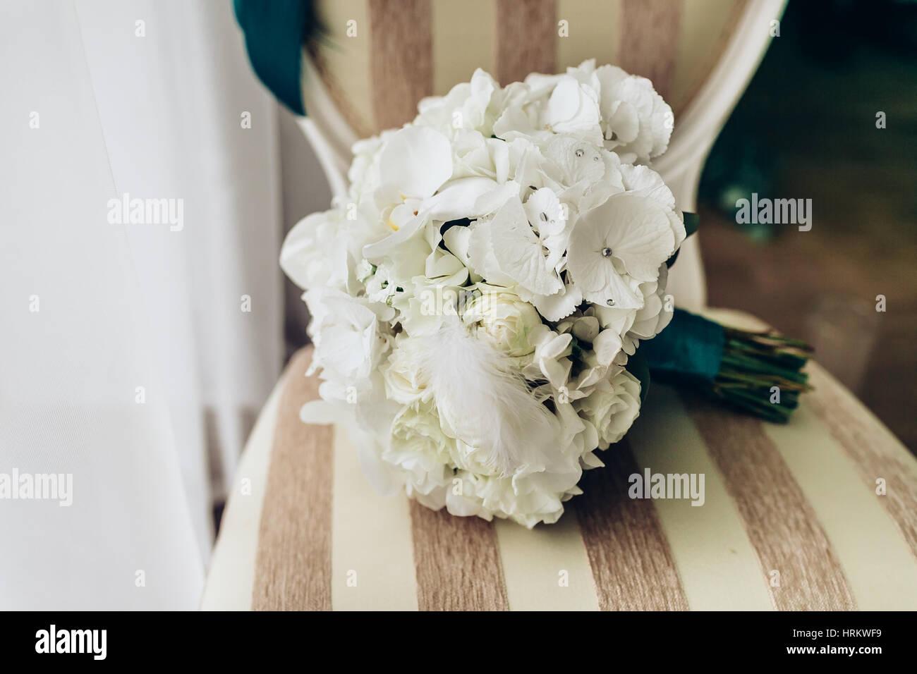Brautstrauß Aus Weißen Rosen Auf Dem Stuhl Liegen Close Up