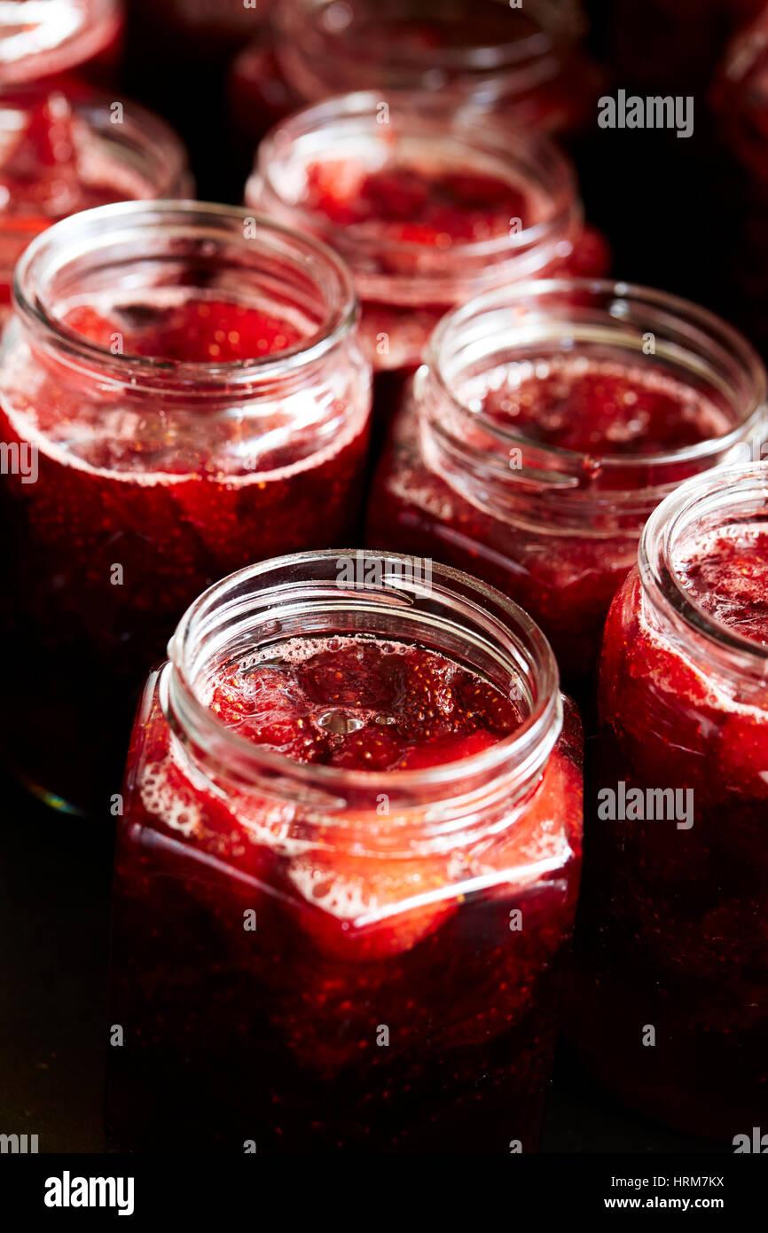 Gläser von hausgemachte Erdbeermarmelade Stockbild