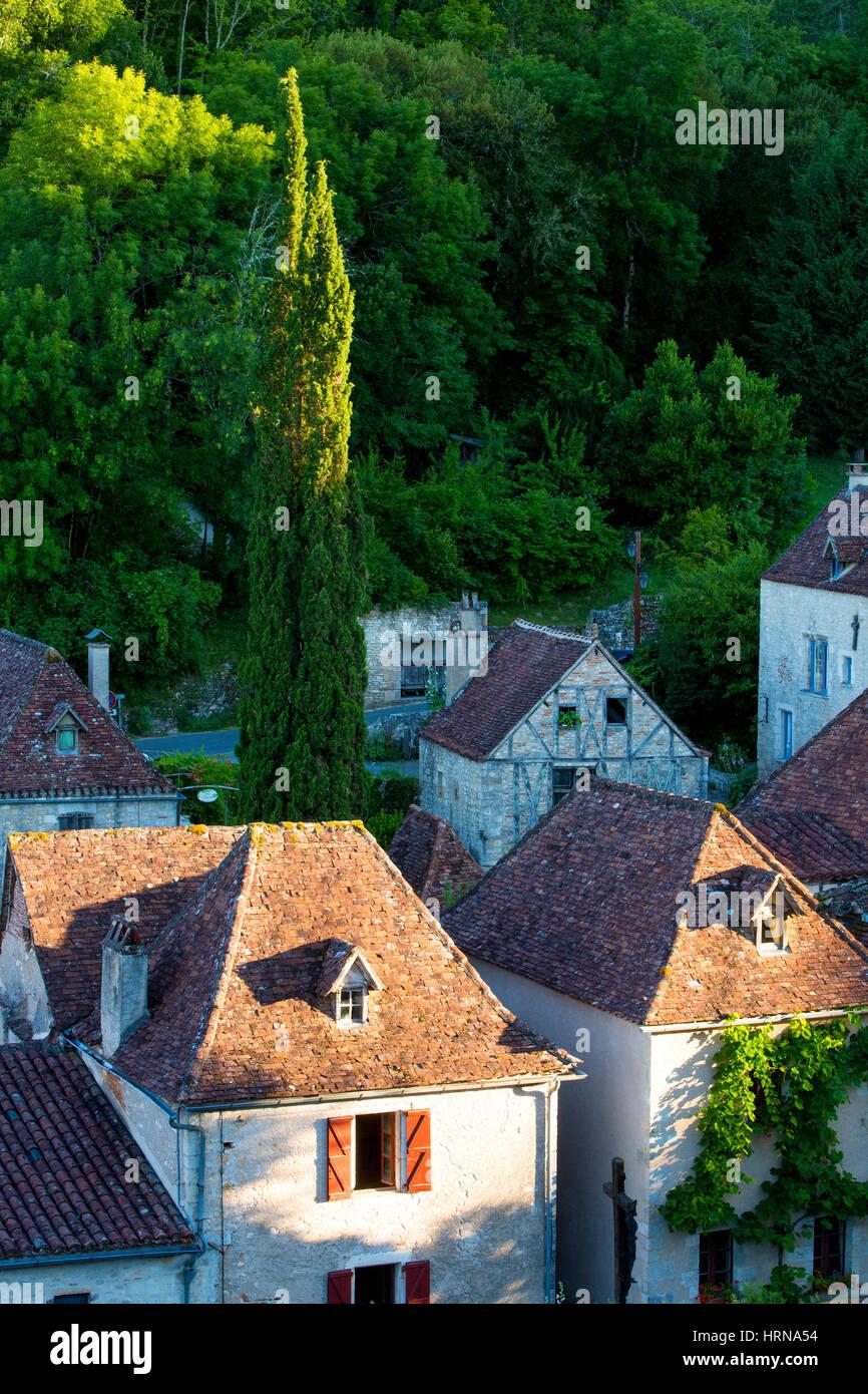 Am Abend Sonnenlicht über mittelalterliche Stadt von Saint-Cirq-Lapopie, Midi-Pyrenäen, Frankreich Stockbild