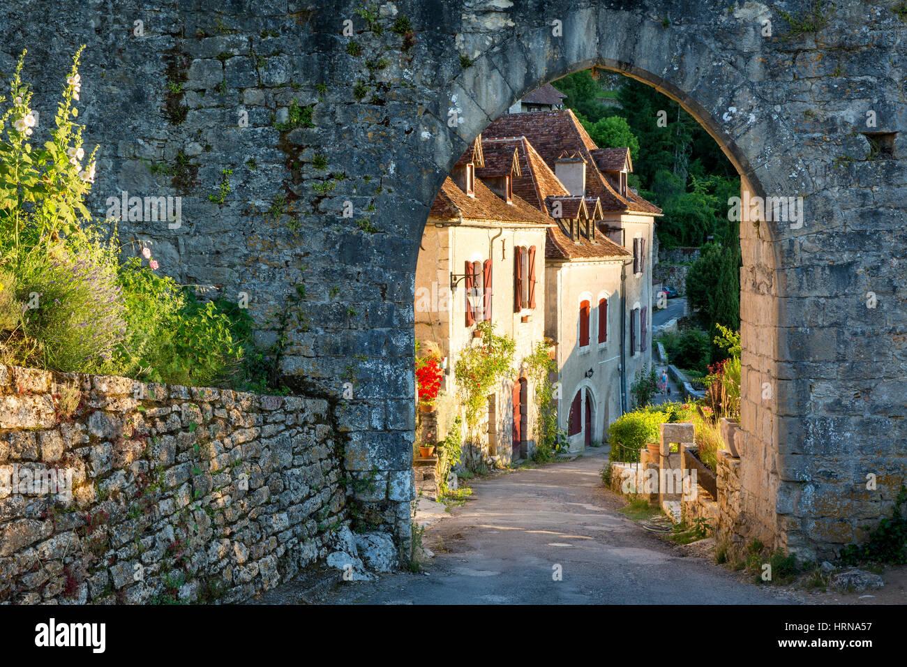 Festlegen von Sonnenlicht auf Häusern am Eingangstor nach Saint-Cirq-Lapopie, Lot-Tal, Midi-Pyrenäen, Stockbild