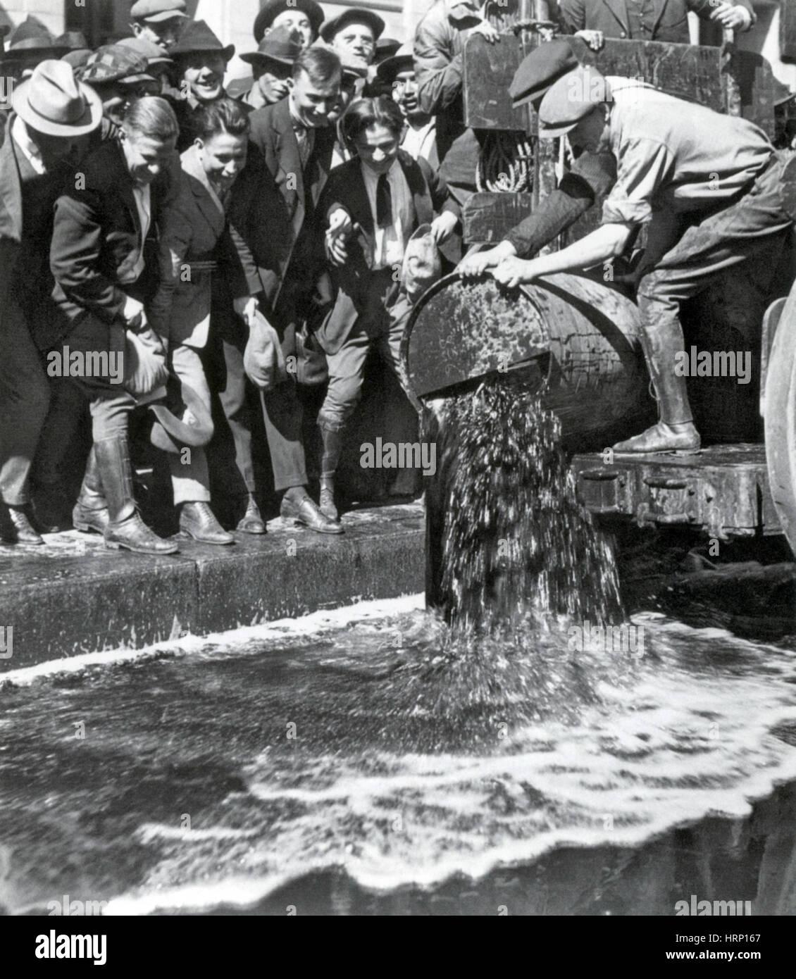 Verbot, Dumping Fässer Schnaps, 1920 Stockbild