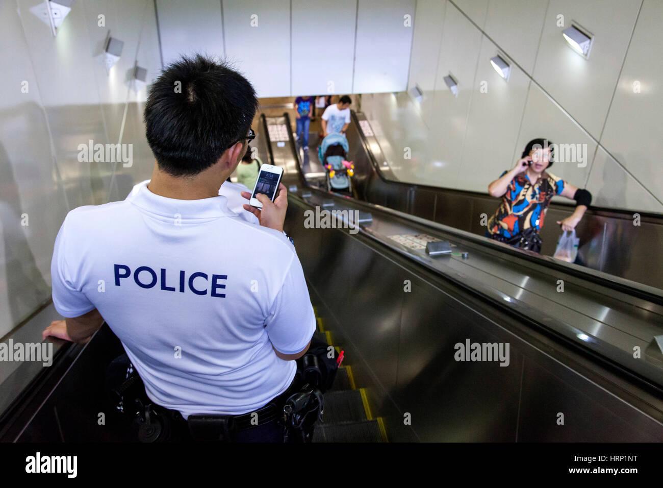 Polizei, Polizei-Präsenz in Chinatown, u-Bahn station, Chinatown, Singapur SE4, Chinatown, Singapur, Asien Stockbild