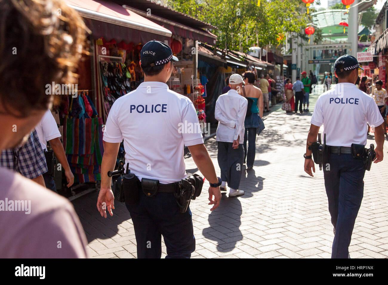 Polizei, Polizei-Präsenz in Chinatown, Polizei März Pagoda Street, Chinatown, Singapur, SE4, Chinatown, Stockbild