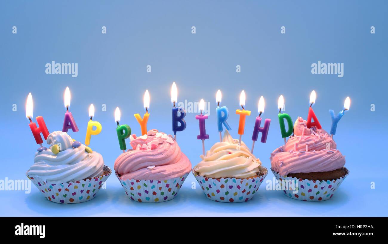 Happy Birthday Kerzen Auf Cupcakes Entdeckte Falle Blauer Hintergrund Pastelltone Der Vereisung