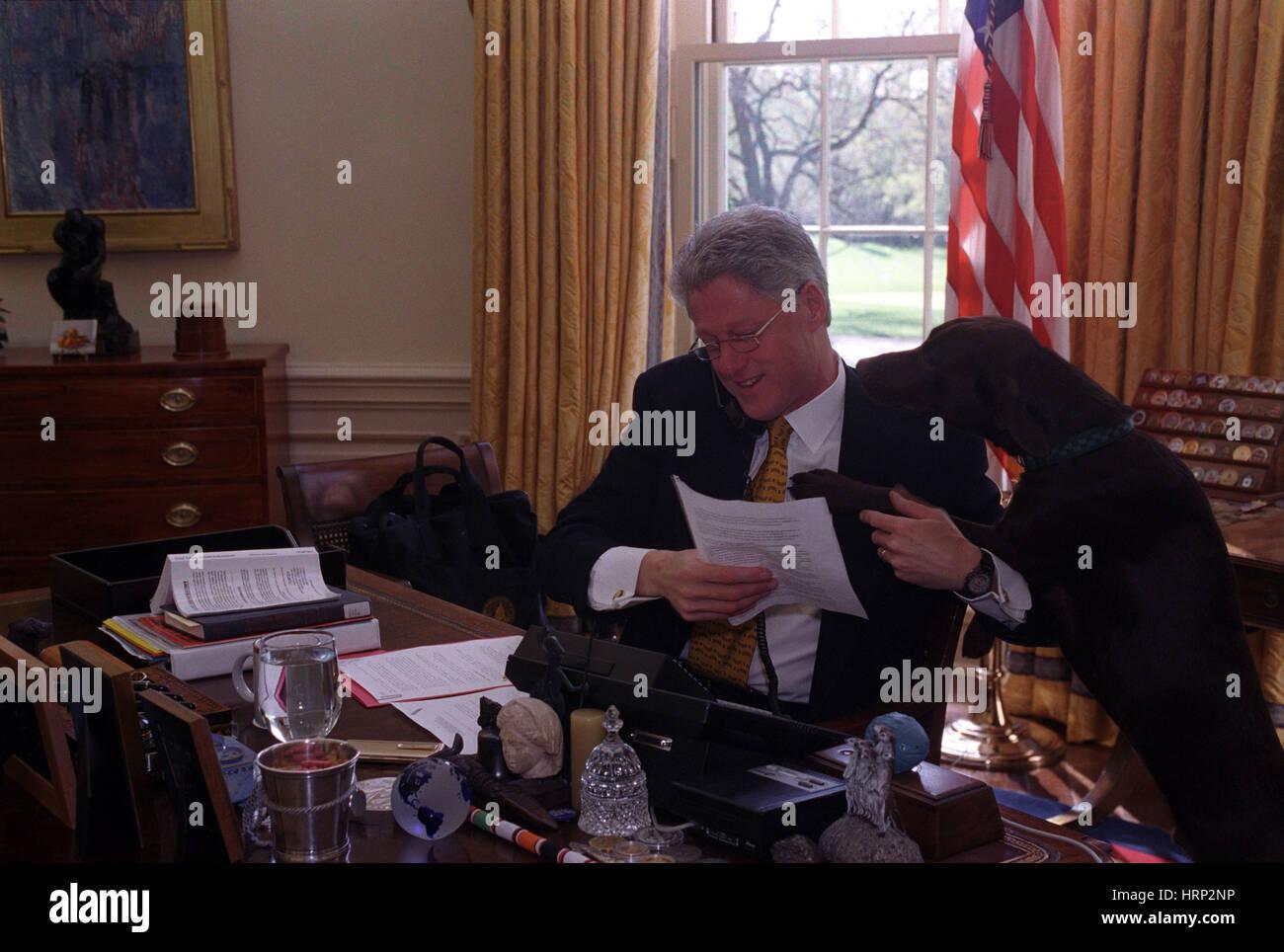 Präsident Clinton mit Buddy, 1998 Stockbild