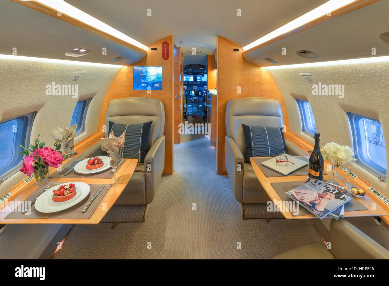 innenansicht der privatjet bombardier cl 604 challenger mit tischen mit vergoldeten essen mit. Black Bedroom Furniture Sets. Home Design Ideas