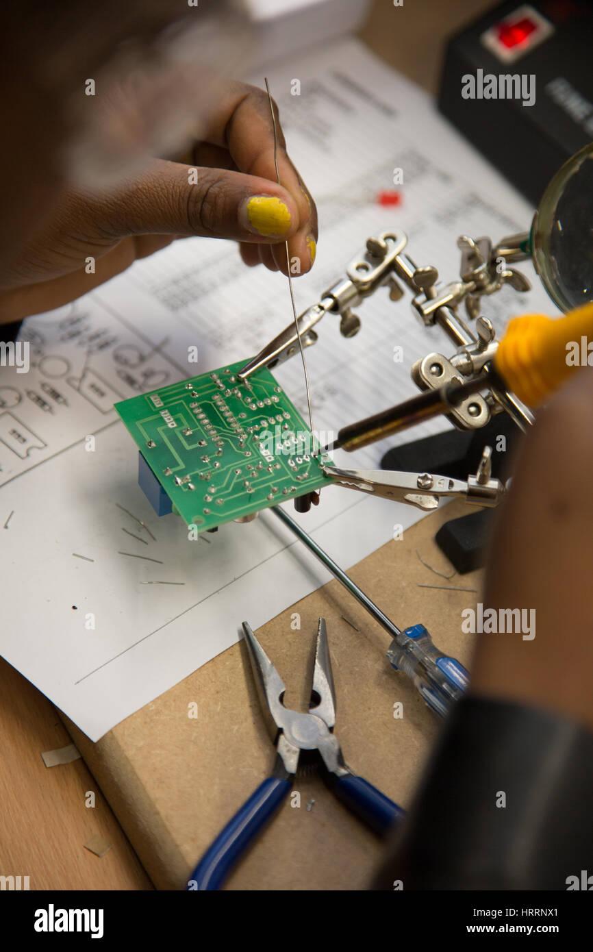 Die Arbeit an einer elektrischen Platine Stockbild