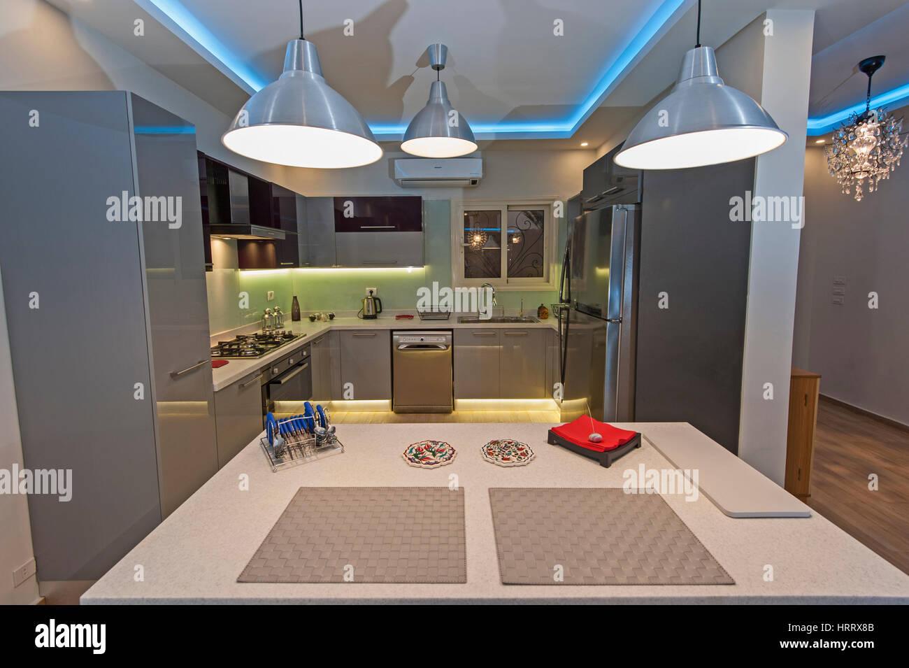 Interior Design Einrichtung, Moderne Küche Und Geräte In Luxus Apartment  Showroom