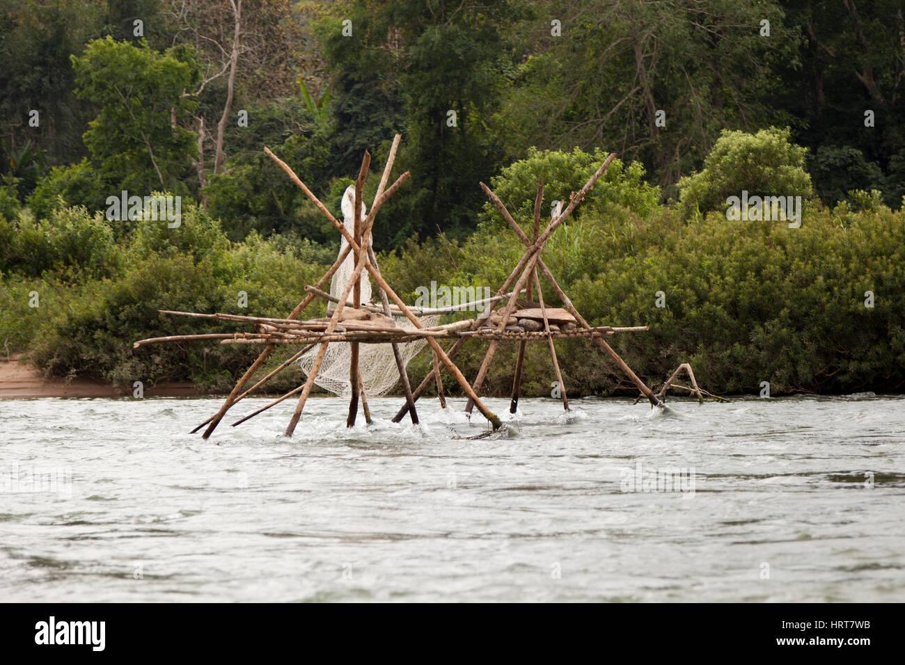 Eine Verzweigungsstruktur mit Netz für eine Fischfalle auf die Ou-River, einem Nebenfluss des Mekong. Struktur Stockbild