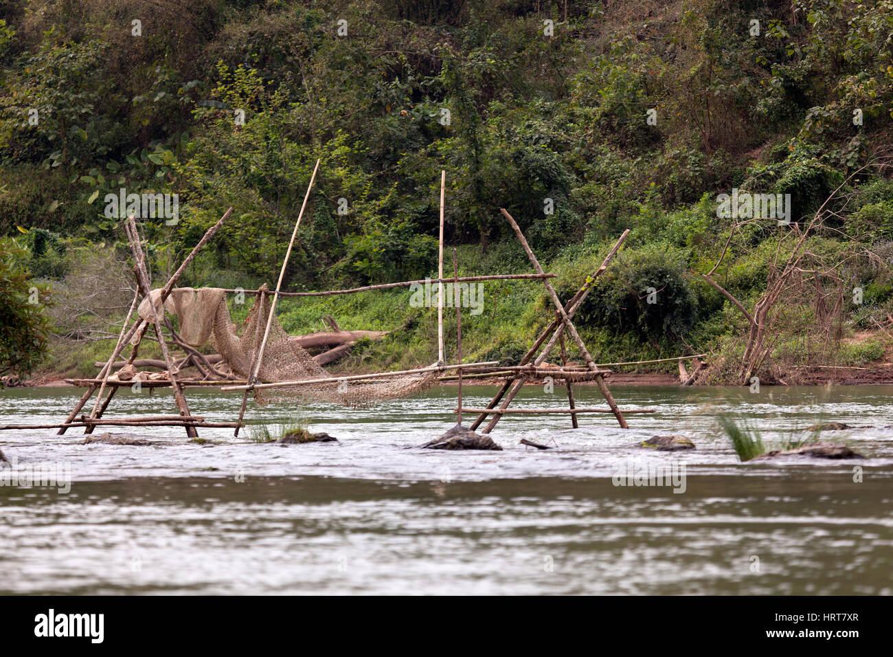 Eine Verzweigungsstruktur mit Netz für eine Fischfalle auf die Ou-River, einem Nebenfluss des Mekong (Laos). Stockbild