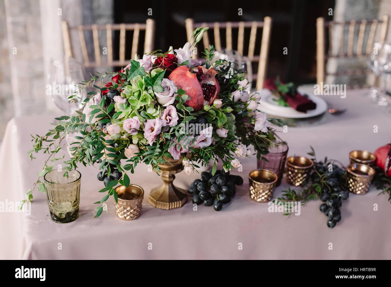 Hochzeit Tischdekoration Mit Rosa Blumen Kerzen Granatapfel Und