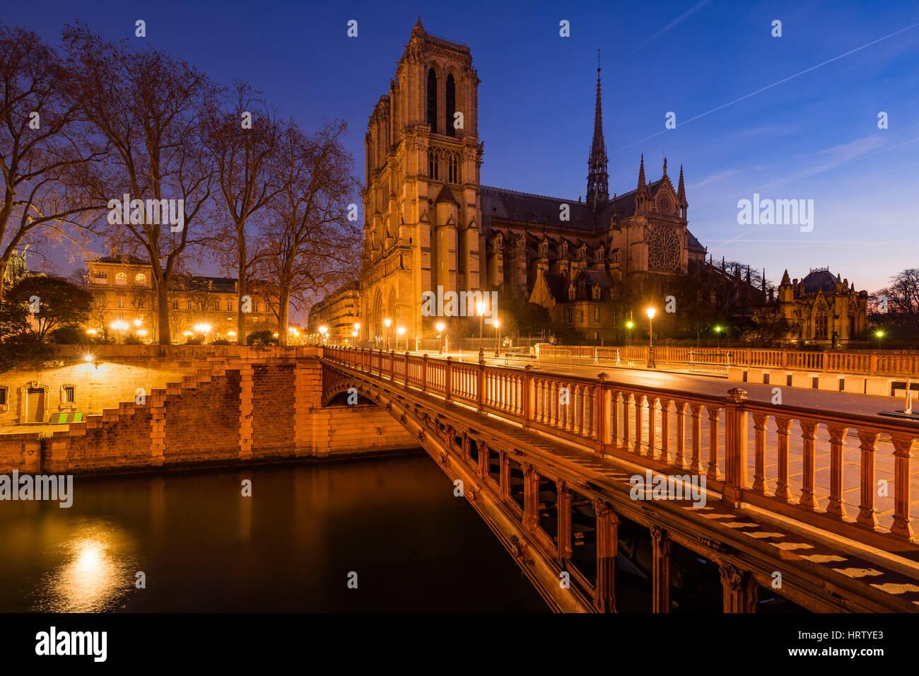 Kathedrale Notre Dame de Paris im Morgengrauen mit der Pont au Double und dem Fluss Seine. Ile De La Cite. 4. Arrondissement, Stockbild
