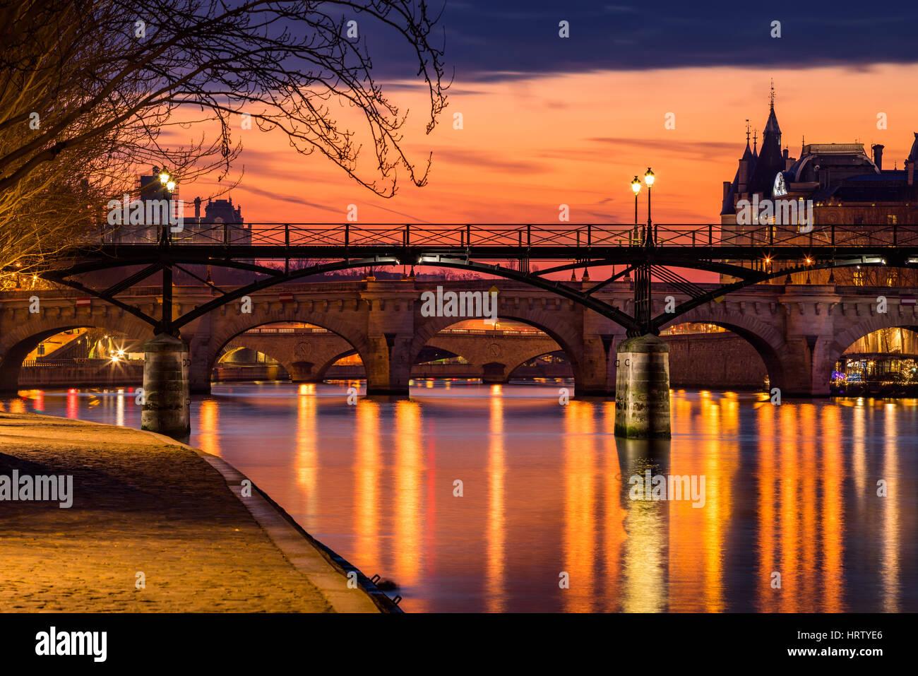 Sonnenaufgang am Seineufer, Teich des Arts und Teich Neuf im 1. Arrondissement von Paris (Ile De La Cité), Stockbild