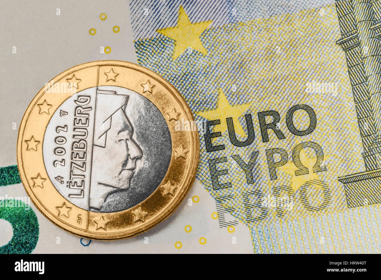 Eine 1 Euro Münze Aus Luxemburg Auf Einer 5 Euro Banknote Stockfoto