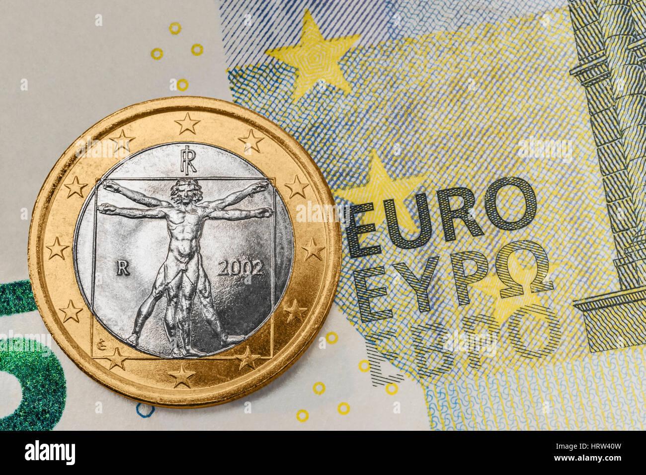 Eine 1 Euro Münze Aus Italien Auf Einer 5 Euro Banknote Stockfoto