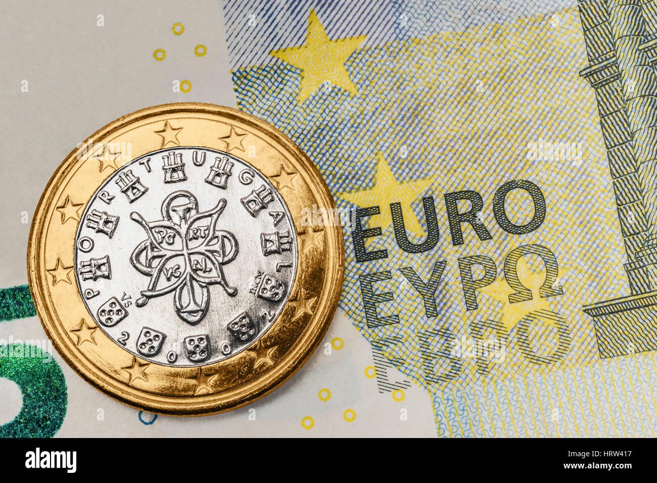 Eine 1 Euro Münze Aus Portugal Auf Einer 5 Euro Banknote Stockfoto