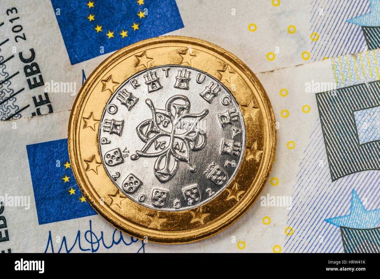 Eine 1 Euro Münze Aus Portugal Auf Euro Banknoten Stockfoto Bild