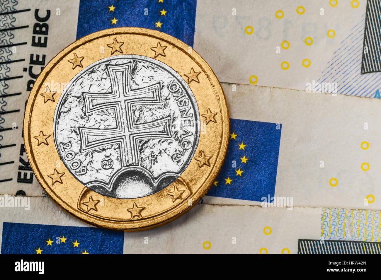 Eine 1 Euro Münze Aus Der Slowakei Auf Euro Banknoten Stockfoto