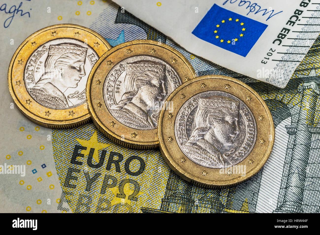 Auf Einer 5 Euro Banknote Sind Drei 1 Euro Münzen Der Baltischen