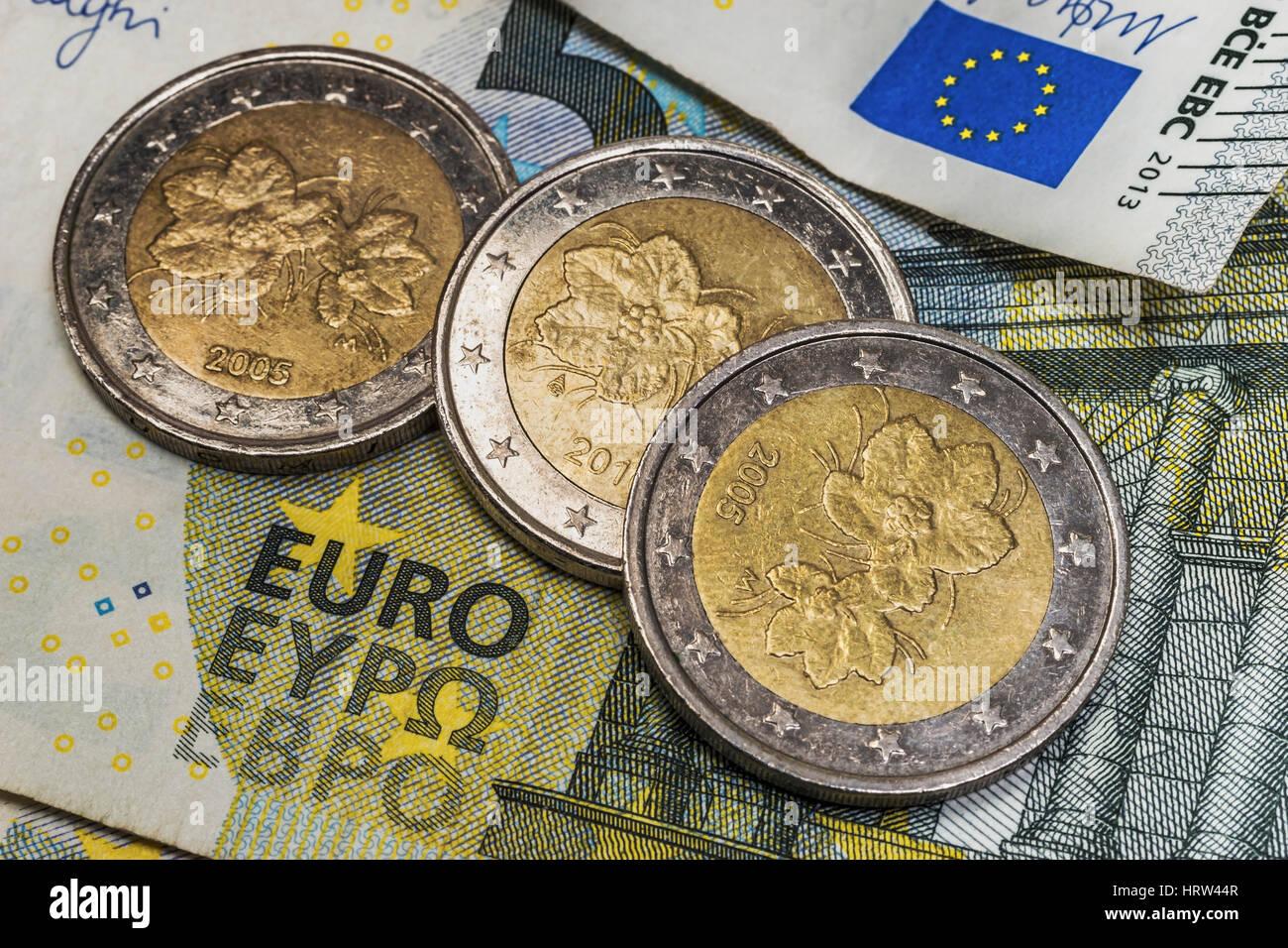 Auf Einer 5 Euro Banknote Stück Drei 2 Euro Muenzen Von Finnland