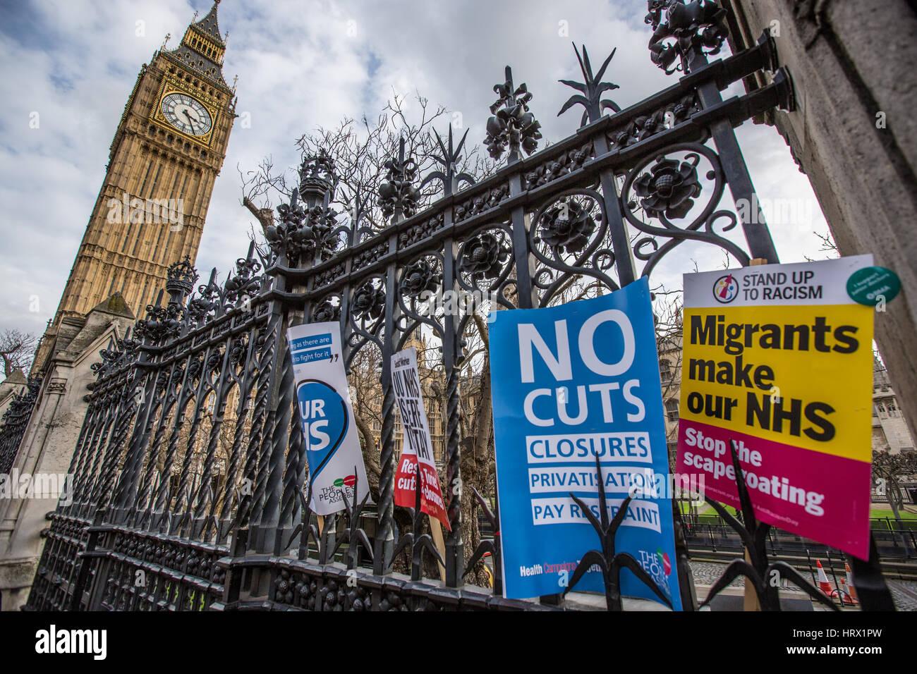 London, UK. 4. März 2017. Plakate links marschierten auf dem Geländer außerhalb des Parlaments nach Tausenden durch Stockfoto