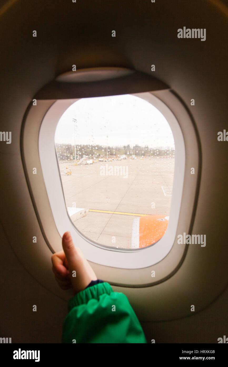 Sieben Jahre alter Junge an Bord einem easyJet Flug, Gatwick Flughafen, England, Vereinigtes Königreich. Stockbild