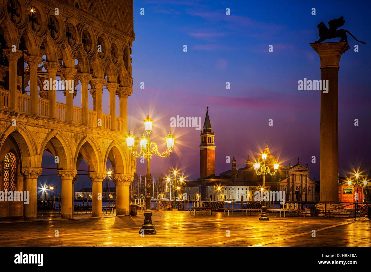 Breaking Dawn über St. Markusplatz in Venedig, Italien. Die Insel San Giorgio Maggiore ist im Hintergrund zu Stockbild