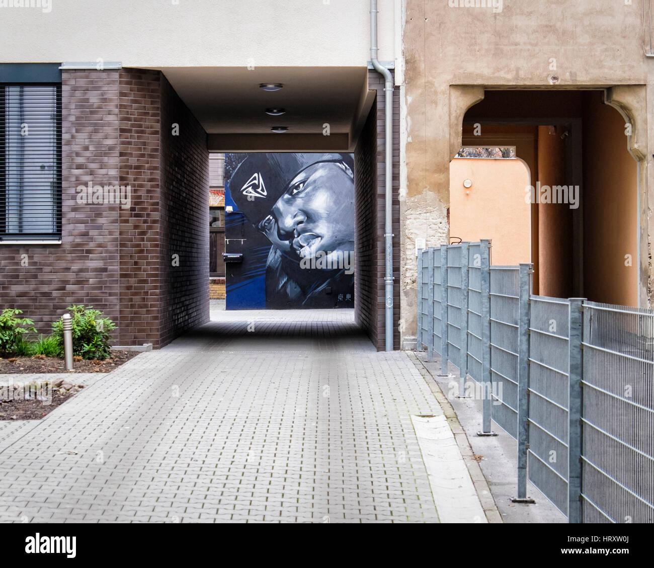 Berlin, Prenzlauer Berg. Wandbild Kunstwerk schwarzer Mann außerhalb Biss Talent Management-Agentur in Hof Stockbild