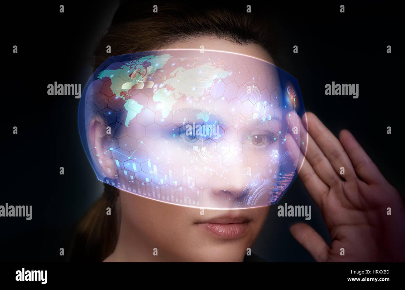 Close-up Portrait von junge und schöne Frau mit der virtuellen futuristische Brille (Technologie-Konzept). Holografische Stockfoto