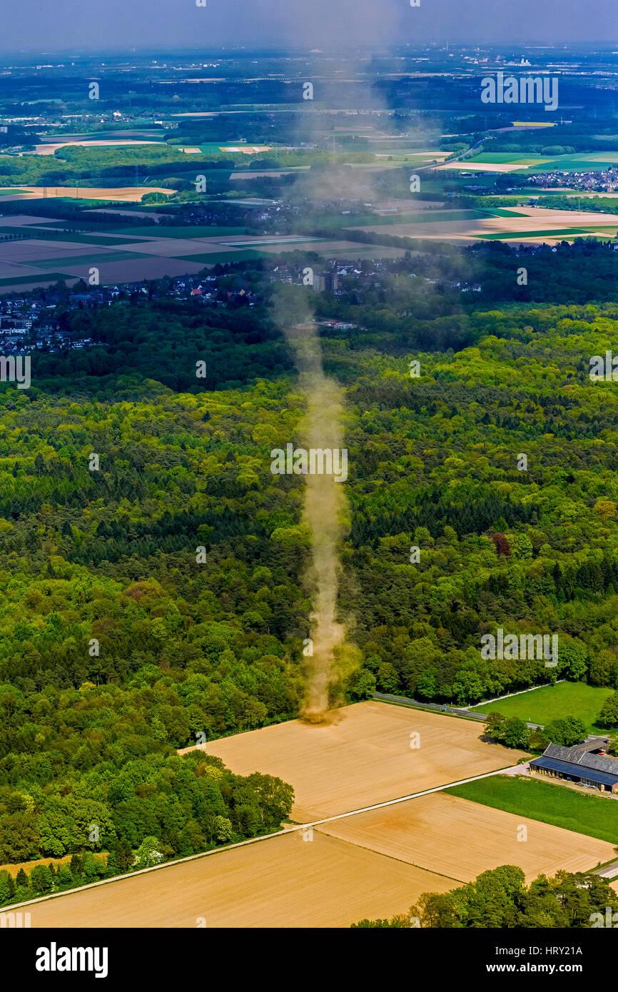 auf einem Feld in der Nähe von Mönchengladbach, kleiner Tornado, Wetterphänomen Tornado Stockbild