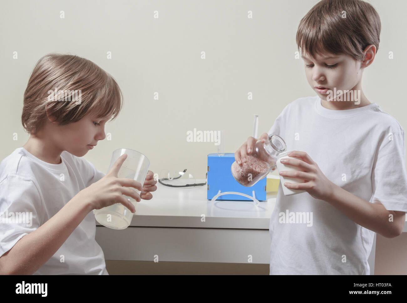 Jungen wissenschaftliche Experimente zu tun. Bildungskonzept. Stockbild