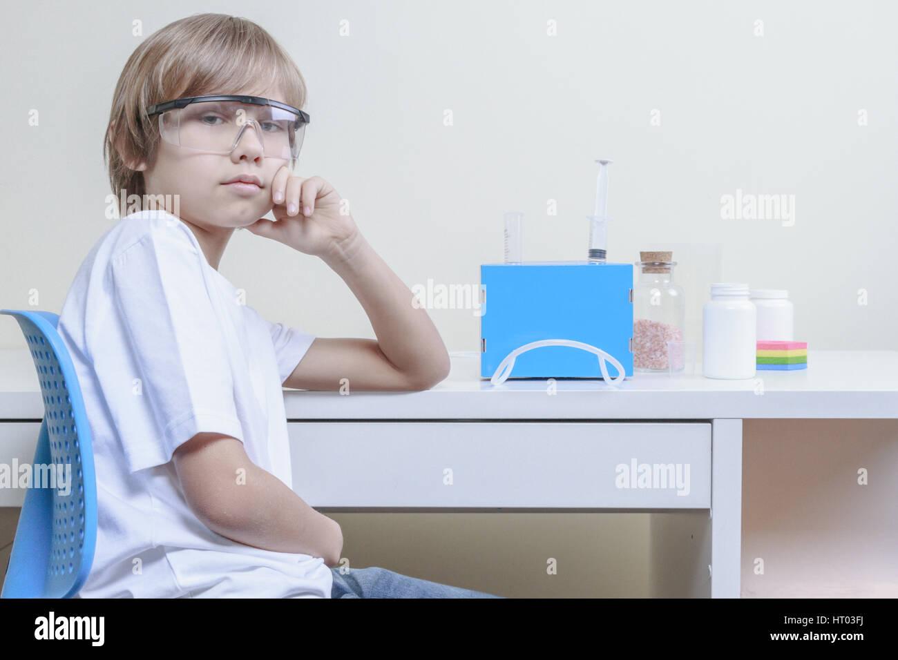 Jungen machen naturwissenschaftliche Experimente. Bildungskonzept. Stockbild